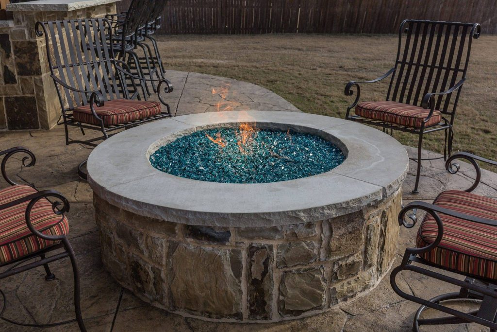 Choosing Between an Outdoor Fireplace or a Fire Pit